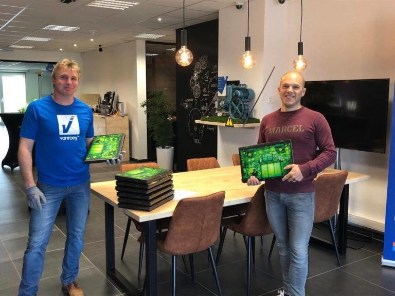 Pat Van Roey schenkt laptops Kogeka digital for youth