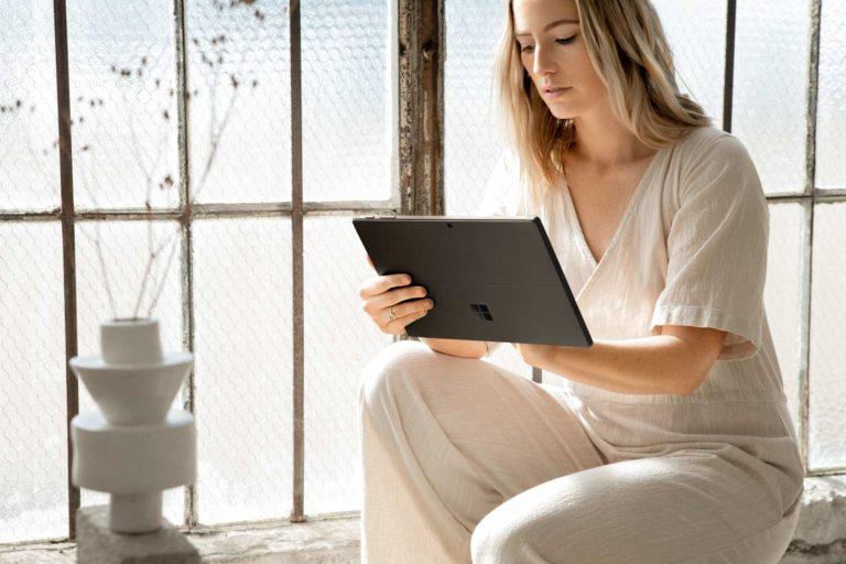 Vrouw gebruikt Surface Pro