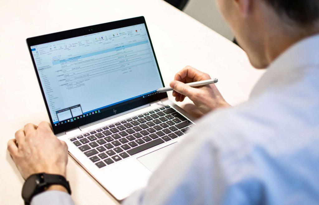 laptop mails pen touchscreen lifeatvanroey
